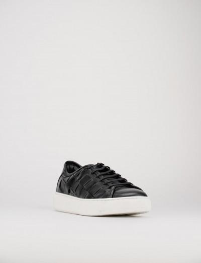 sneakers fondo gomma e soletto interno in vera pelle. tomaia in morbida pelle intrecciata nero