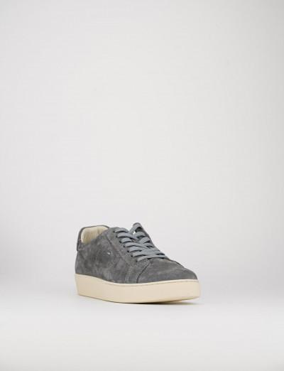 sneakers fondo gomma e soletto interno in vera pelle. tomaia in morbida pelle grigio