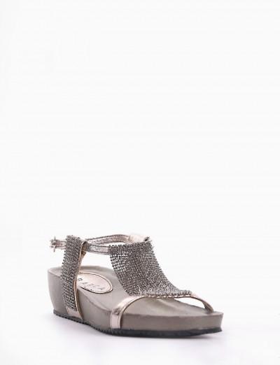 sandalo fondo in gomma leggera e soletto interno in vera pelle. Tomaia in morbida pelle argento
