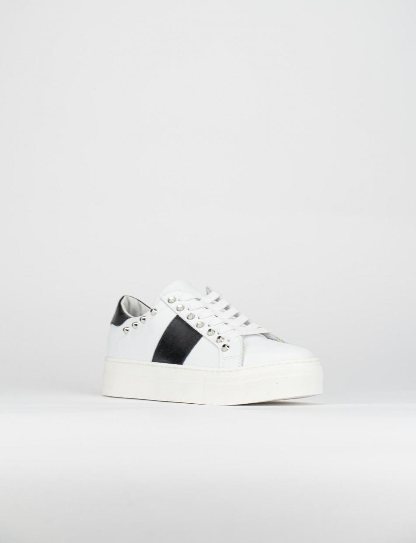 Sneaker fondo gomma e soletto interno in vera pelle. Tomaia in morbida pelle bianco