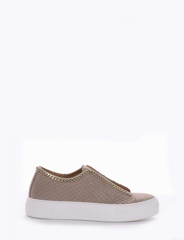 Sneaker fondo gomma e soletto interno in vera pelle. Tomaia in nuovissimo materiale pelle stampata squama beige