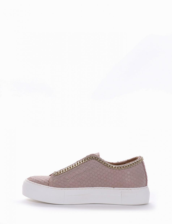 Sneaker fondo gomma e soletto interno in vera pelle. Tomaia in nuovissimo materiale pelle stampata squama rosa