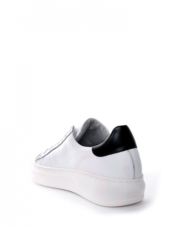 Sneakers fondo gomma e soletto interno in vera pelle. Tomaia in morbida pelle bianco