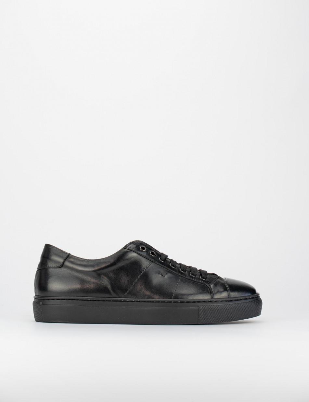 Sneakers fondo gomma e soletto interno in vera pelle. Tomaia in morbida pelle luminosissima nero