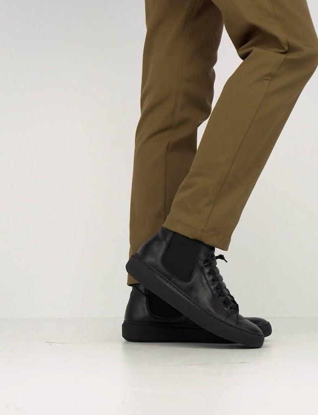 Sneaker fondo gomma e soletto interno in vera pelle. Tomaia in morbida pelle nero