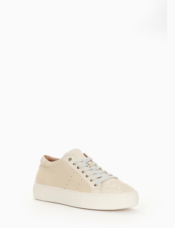 sneakers con leggerissimo fondo gomma extralight e soletto interno in vera pelle. Tomaia in morbidissima pelle beige