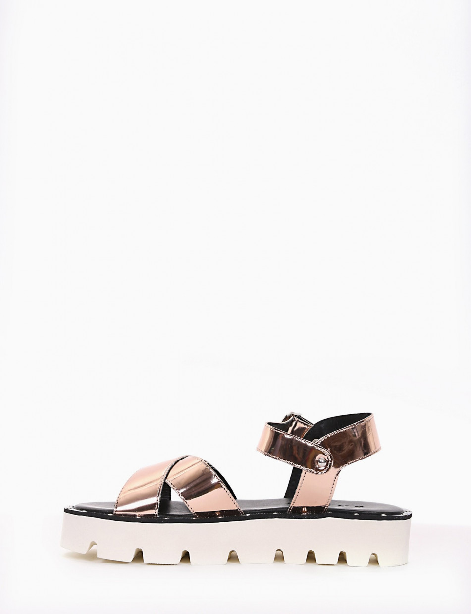 Low heel sandals copper laminated
