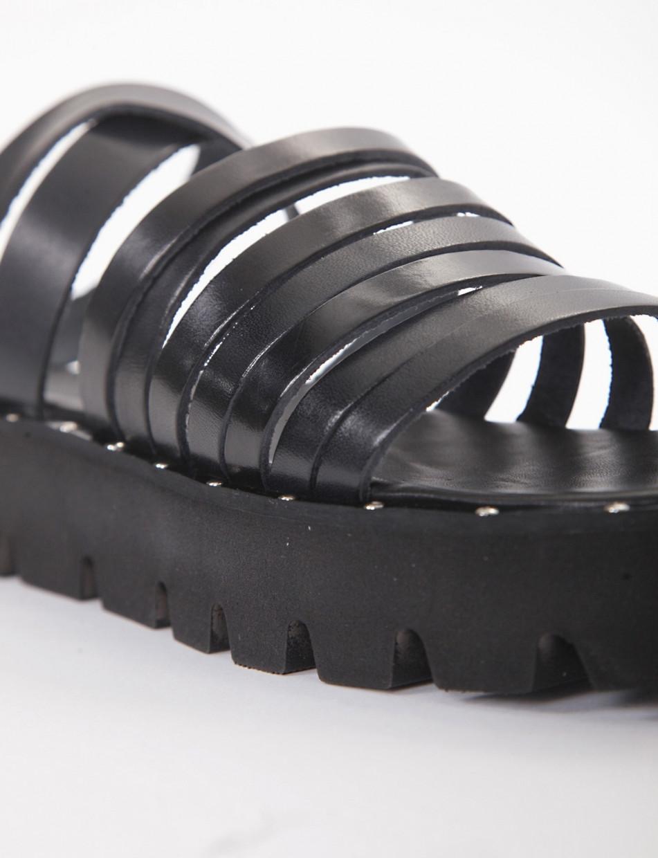 Low heel sandals black leather